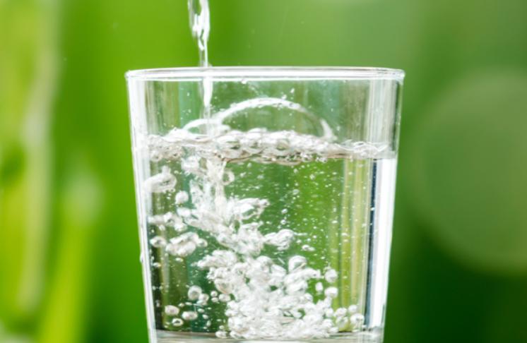 Woda strukturalna – jakie ma właściwości? Jak ją zrobić?