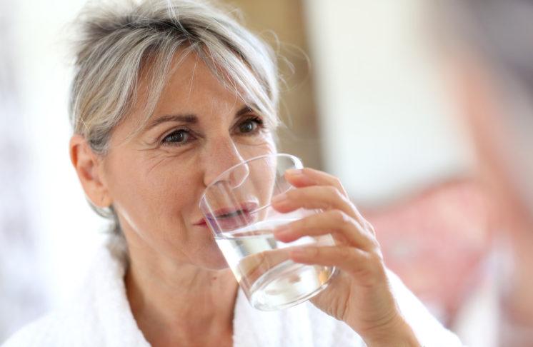 Ile pić wody, by zachować piękną skórę na dłużej?