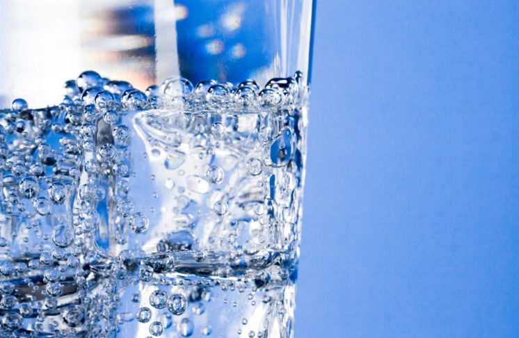 Woda gazowana, czy niegazowana – po którą powinniśmy siegać częściej?