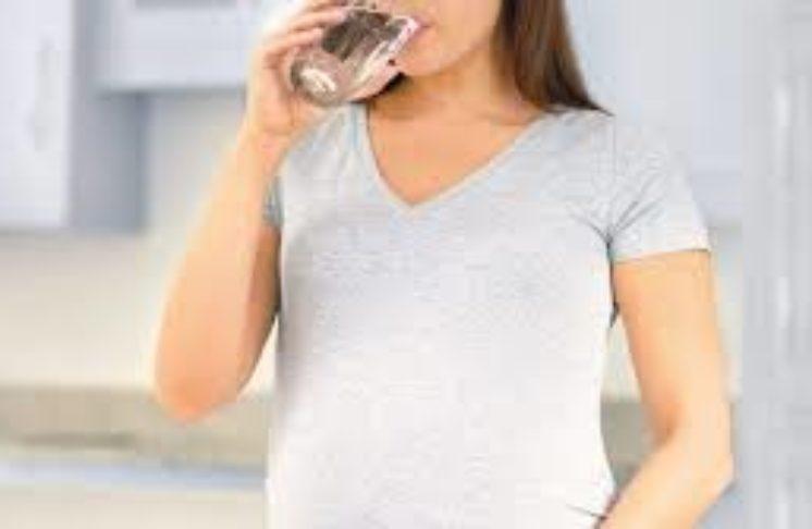 Czy picie dużej ilości wody w ciąży rozwiąże ciążowe dolegliwości?