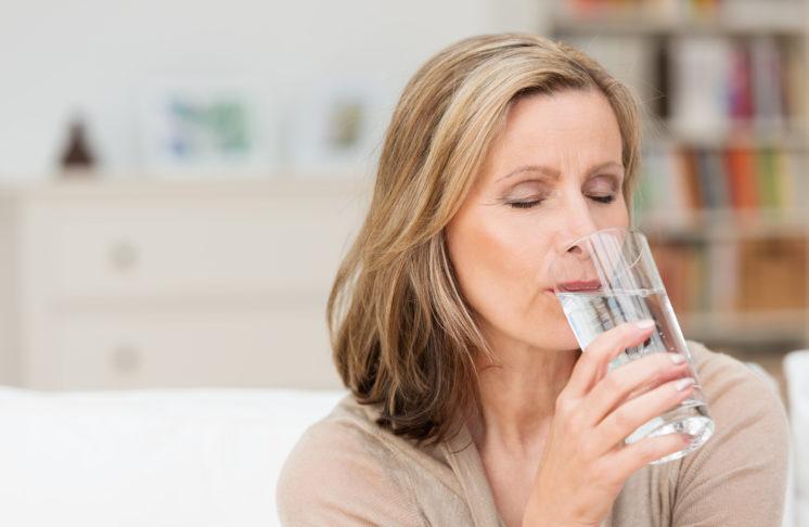Woda a odchudzanie – jak w łatwy sposób pozbyć się zbędnych kilogramów