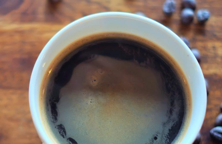Kawa w ziarnach a kawa mielona – czym się różnią?