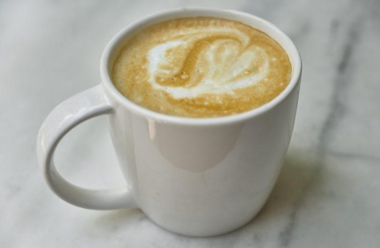 Kawa flat white — czym się charakteryzuje i jak ją zrobić?